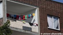 Ein Balkon des sogenannten «Problemhauses» fotografiert am 28.08.2013 in Duisburg (Nordrhein-Westfalen). Um das Haus gibt es einen schwelenden Konflikt zwischen Zuwanderern und Anwohnern im Stadtteil Rheinhausen. Die rechtsgerichtete Gruppe «Pro Deutschland» will am 29.08.2013 vor dem Haus demonstrieren. Foto: Oliver Berg/dpa +++(c) dpa - Bildfunk+++