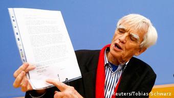 Ханс-Кристиан Штрёбеле с письмом Сноудена на пресс-конференции в Берлине