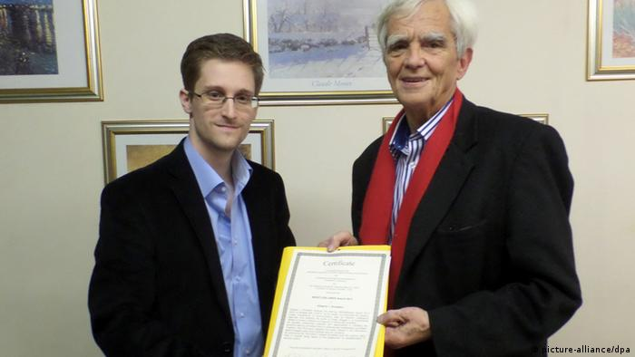Green politician Hans-Christian Ströbele with Edward Snowden, holding open letter