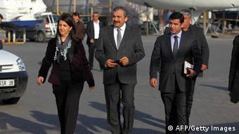 Kurdischer Präsidentschaftskandidat Selahattin Demirtas (R) mit Parteifreunden (AFP PHOTO/STR/Getty Images)