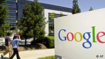 Passanten gehen vorbei am Hauptgebaeude des Suchmaschinenunternehmens Google in Mountain View im US-Bundestaat Kalifornien am 26. Juli 2004 p178