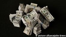 Bündel von US Dollarnoten Symbolbild Geld Währung Geldscheine