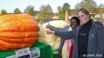 Jounita Hafermalz and her husband pointing at giant pumpkin, Photo: Nuradin Abdi