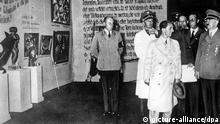 ARCHIV - Der nationalsozialistische Führer Adolf Hitler (r) und der Reichsminister für Volksaufklärung und Propaganda, Joseph Goebbels (M), besuchen 1937 die Ausstellung Entartete Kunst im Münchner Haus der Kunst. In München wurden etwa 1500 Gemälde beschlagnahmt, die von jüdischen Sammlern geraubt oder als entartete Kunst konfisziert wurden. Foto: Ullstein (Zu dpa Sensationsfund: 1500 von Nazis geraubte Gemälde entdeckt vom 03.11.2013) +++(c) dpa - Bildfunk+++