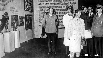 Hitler (right) and Goebbels (center) at the 1937 exihibition of degenerate art, Copyright: picture-alliance/dpa