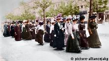 8-1912-5-12-A1-B (899373) Demonstration Frauen-Wahlrecht/Haeckel Berlin, 12. Mai 1912. Demonstration für das Frauen-Wahlrecht. - Eine Gruppe von Demonstrantinnen auf dem Weg zum Versammlungsort. - Foto (Gebr. Haeckel); digital koloriert. E: Protest / Women's Movement/Berlin/1912 Berlin, 12 May 1912. Protest for women's suffrage. - A group of female protestors on their way to a gathering. - Photo (Gebr.Haeckel); digital colourisation.