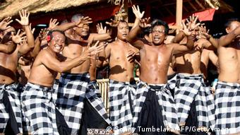 Männer tanzen den Kecak (Foto: Sonny Tumbelaka/AFP/Getty Images)
