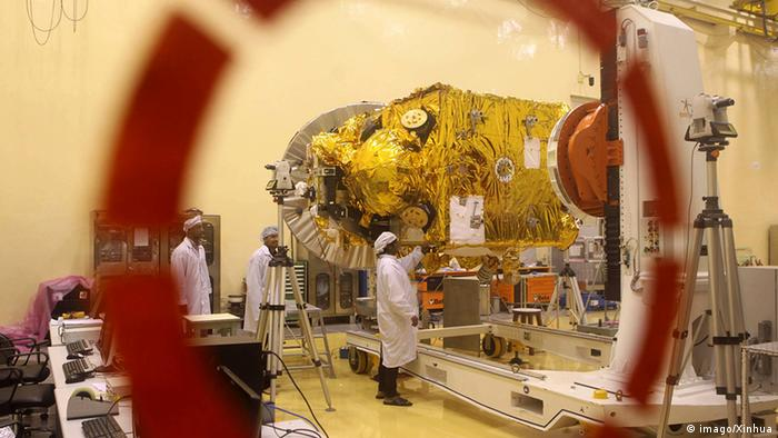 Engineers work on the Mars orbiter spacecraft at the satellite center of India s Space Research Organization (ISRO) in Bangalore Sept. 11, 2013. (Photo: imago/Xinhua