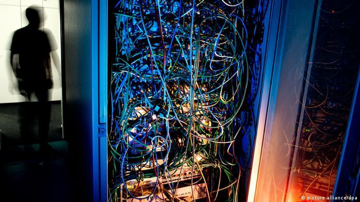A man next to a huge server (photo: Julian Stratenschulte/dpa pixel)