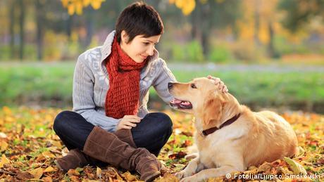 Symbolbild Junge Frau mit Hund