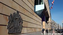 Berlin: Blick auf die Britische Botschaft in der Wilhelmstraße in Berlin, aufgenommen am 18.03.2003. Die Sicherheitsvorkehrungen an Botschaftsgebäuden in der Hauptstadt sind angesichts eines drohenden Irak-Krieges verstärkt worden. (BRL491-180303)