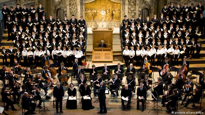 Orchestra and choir in an opulent setting (picture-alliance/dpa)