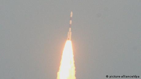 The Indian Space Research Organization (ISRO) Mars Orbiter Mission (MOM) Spacecraft, also called Mangalyaan's Mars Orbiter Spacecraft, blasts off from the Polar Satellite Launch Vehicle (PSLV), carrying in its head India's orbiter, at the Satish Dhawan Space Center Sriharikota in Andhra Pradesh, about 80-kilometer from Chennai, India, 05 November 2013. (Photo:EPA/JAGADEESH NV)