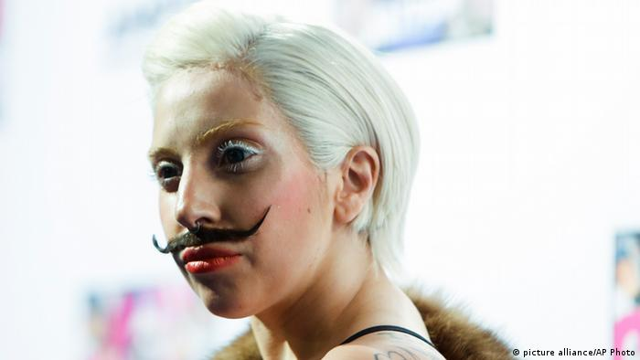 Lady Gaga in Berlin mit Schnurrbart