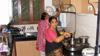 Domestic workers cook dinner at a house in New Delhi (Photo: DW/Murali Krishnan)
