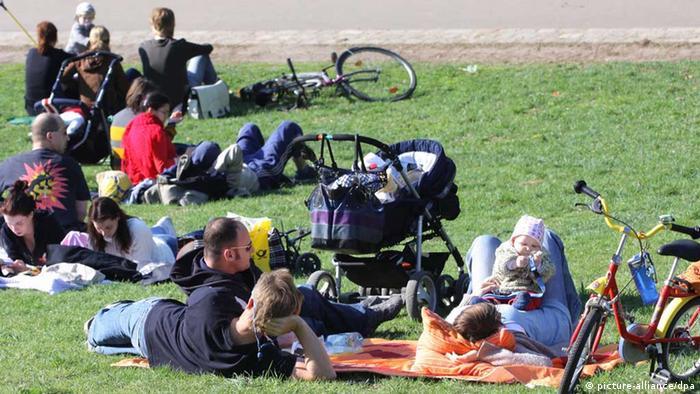 Mladi ljudi u parku