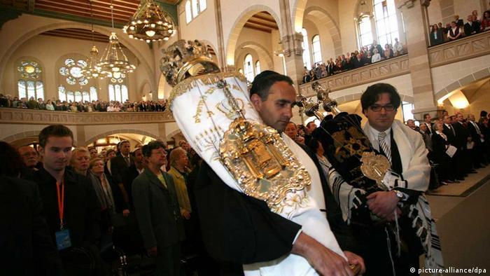 Juden in der Synagoge an der Rykestraße in Berlin (Foto: dpa)