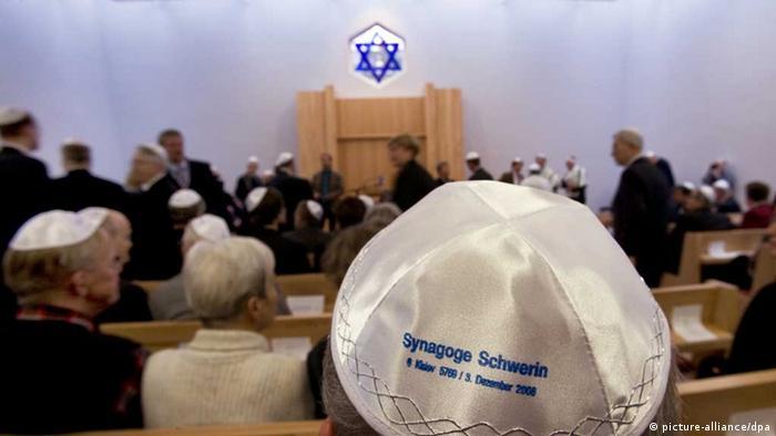 Synagoge in Schwerin, Juden mit Kippas (Foto: dpa)