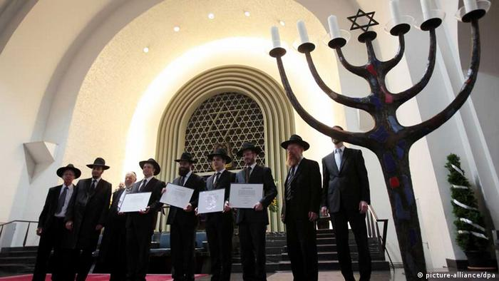 Rabbis in the synagogue in Cologne (Photo: dpa)