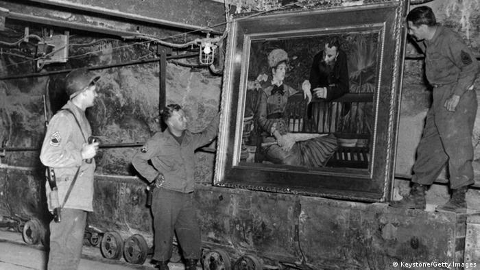 Американські солдати оглядають картину Зимовий сад Едуара Мане