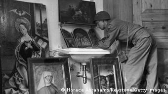 American servicemen view art treasures, Copyright: Horace Abrahams/Keystone/Getty Images