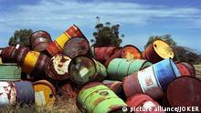 Alte angerostete Ölfaesser, abgeladen in der Landschaft. Australien. Port Augusta, South Australia, Australien, 15.02.2005