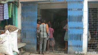 Patients wait in line outside a private clinic in Safdarganj (Photo: DW/Pascal Vouille 27.9.2013)
