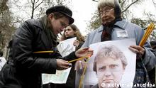 Group of Russian human rights defenders and political opposition representatives light candles, holding portraits of former Federal Security Service officer and political immigrant Alexandre Litvinenko murdered in London two years ago, as they commemorate his memory in the centre of Moscow, 22 November 2008. The protesters suspect Russian secret service in killing Litvinenko and regret that Russia refuse to cooperate with Britain in investigation of this murder. EPA/SERGEI CHIRIKOV +++(c) dpa - Report+++