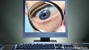 Symbolic image of an eyeball peering through a computer screen, Photo: Fotolia/Eisenhans