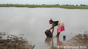 Frauen, die Wasser sammeln (Foto: Ange-Benjamin Brida).