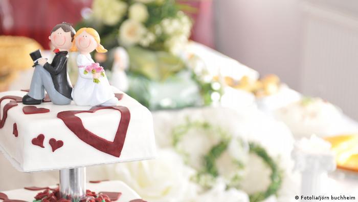 Hochzeitstorte mit Brautpaar (Fotolia/jörn buchheim)