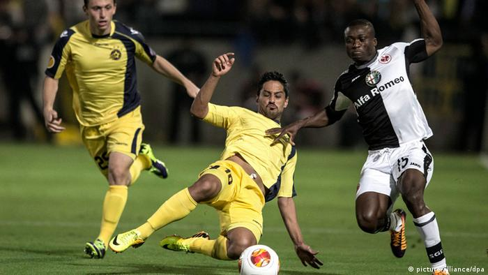 Constant Djakpa of Eintracht Frankfurt vies for the ball with Barak Itzhaki of Maccabi (Photo: EPA/OLIVER WEIKEN)