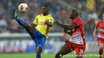 Estoril's Mano, left, clears the ball in front of Freiburg's Karim Guede, from Slovakia, during their Europa League group H soccer match (AP Photo/Armando Franca)