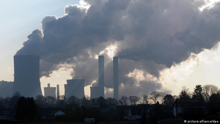 Brown coal plant at Niederaussen in Germany (Photo: Horst Ossinger dpa/lnw)