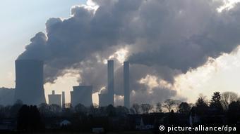 Wasserdampfwolken kommen aus den Kühltürmen des RWE-Braunkohlekraftwerks Niederaußen (Rhein-Kreis-Neuss). Im Vordergrund die Ortschaft Reidt (Foto vom 30.12.2008). Foto: Horst Ossinger dpa/lnw +++(c) dpa - Report+++