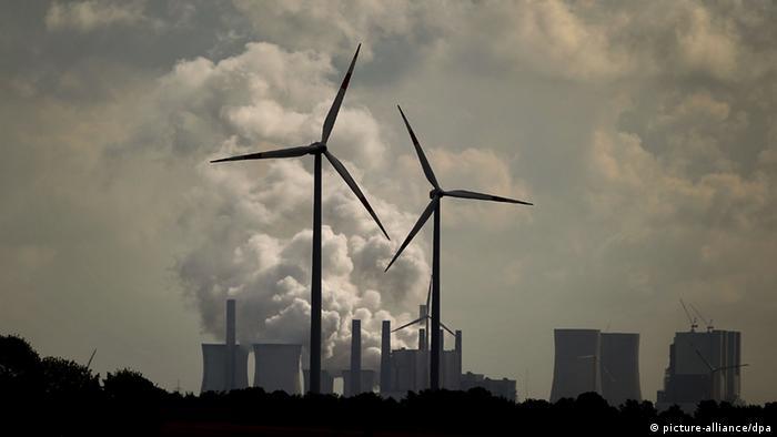 Windräder drehen sich am Dienstag (24.08.20210) vor dem RWE-Braunkohle-Kraftwerk Neurath. Foto: Oliver Berg