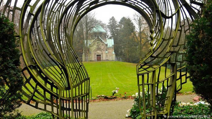Bildergalerie - Berühmte Friedhöfe in Deutschland - Herbststimmung Friedhof Ohlsdorf (picture-alliance/BREUEL-BILD)