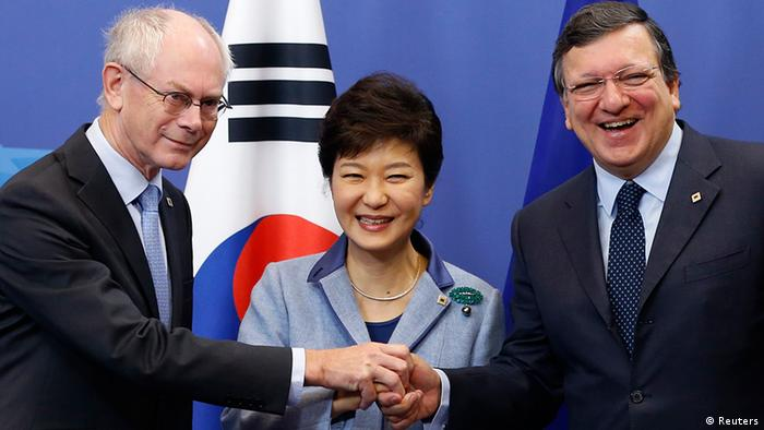 South Korea's President Park Geun-hye (C) poses with European Council President Herman Van Rompuy (L) and European Commission President Jose Manuel Barroso during a EU-South Korea summit at the EU Council in Brussels November 8, 2013. REUTERS/Francois Lenoir