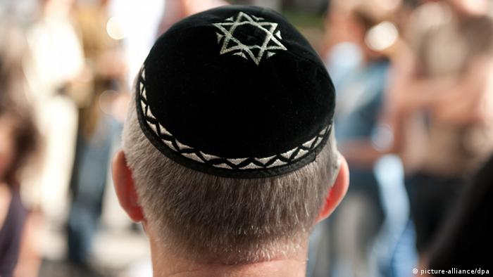 A mean wears a Jewish kippah embellished with the Star of David (Photo: Sebastian Kahnert dpa/lbn)