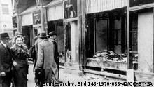 После хрустальной ночи еврейских погромов, в ноябре 1938 года, на одной из улиц Магдебурга. Кто-то мог смеяться, проходя мимо разгромленных еврейских магазинов...