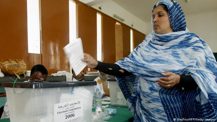 Nouakchott, MAURITANIA: A Mauritanian woman votes in Nouakchott 19 November 2006. Voters in Mauritania went to the polls today to choose parliamentary and local government representatives in the Islamic republic's first elections since the end of 21 years of autocratic rule in a bloodless coup last year. AFP PHOTO/SEYLLOU (Photo credit should read SEYLLOU/AFP/Getty Images)