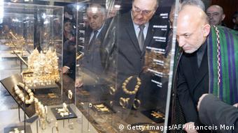 حامد کرزی رئیس جمهور افغانستان در حال بازدید از موزیم سیار گنجینه باختر در پاریس پایتخت فرانسه.