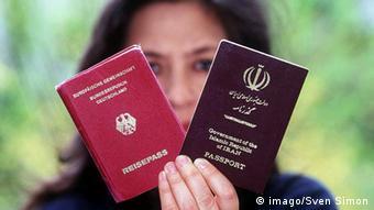 Жензина показывает немецкий и иранский паспорта