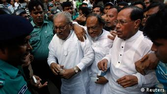 Police surround Bangladesh Nationalist Party (BNP) standing committee members MK Anwar(L), Rafiqul Islam Mia (C) and Moudud Ahmed after they left a court following a hearing in Dhaka November 9, 2013. (Photo: Reuters)