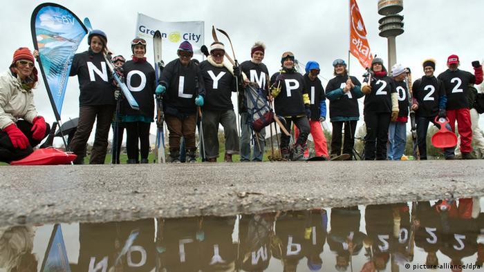 Opponents of a Munich bid demonstrate in a flash mob on November 6 in Munich. Photo: Peter Kneffel/dpa +++(c) dpa - Bildfunk+++