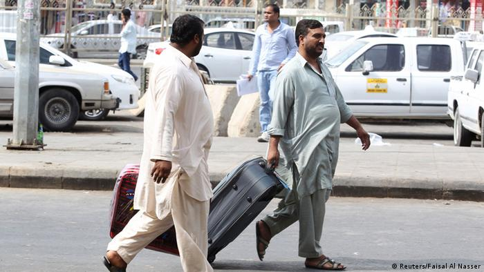 Foreign workers pull their luggage along a street in Riyadh November 4, 2013. The streets of the Saudi capital Riyadh were unusually quiet on Monday as many expatriates stayed at home to avoid the start of a government crackdown on illegal foreign workers. REUTERS/Faisal Al Nasser (SAUDI ARABIA - Tags: POLITICS BUSINESS EMPLOYMENT SOCIETY IMMIGRATION)