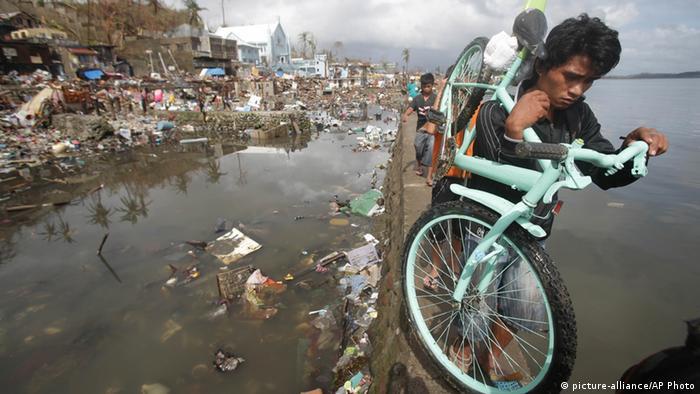 Opfer des Taifuns Haiyan in der zerstörten Stadt Tacloban, Philippinen. Foto: Aaron Favila (AP)