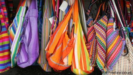Bildergalerie Einkaufstüten - Taschen auf einem Flohmarkt
