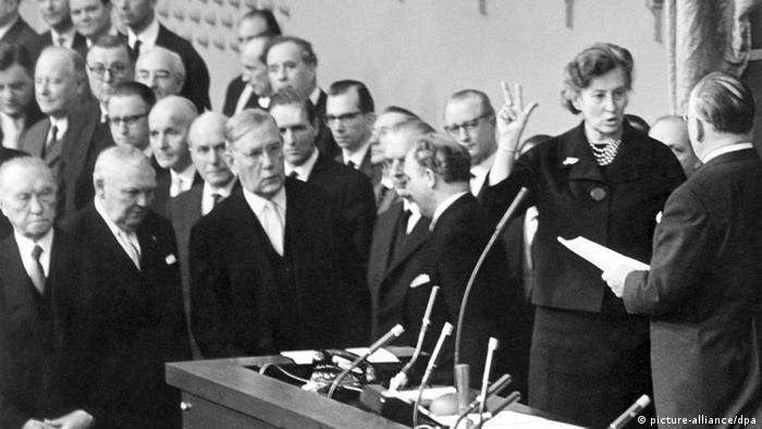 Elisabeth Schwarzhaupt erste Ministerin in Deutschland Archiv 1961 (picture-alliance/dpa)