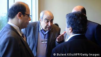 Mitglieder der syrischen Opposition diskutieren bei einem Treffen miteinander (Foto: BULENT KILIC/AFP/Getty Images)